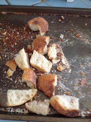 Romper grandes piezas de pan en pedazos más pequeños para que'll fit into the blender easier.