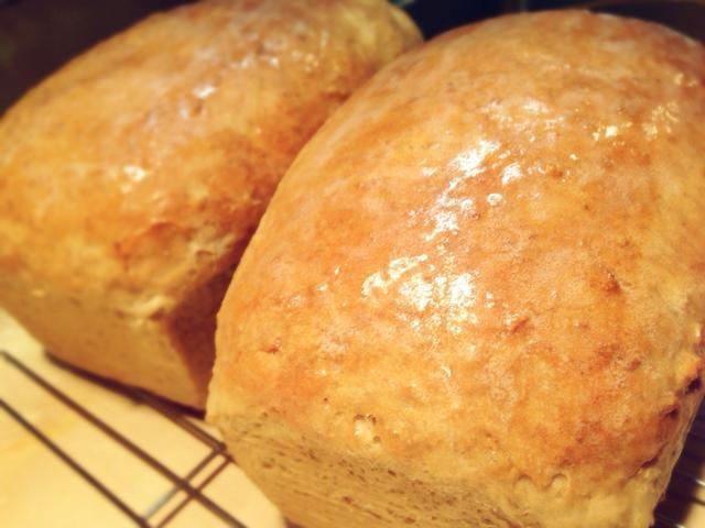 Si la congelación, deje que el pan se enfríe completamente para que el hielo no se forma alrededor de la barra de pan. Cortar y disfrutar!