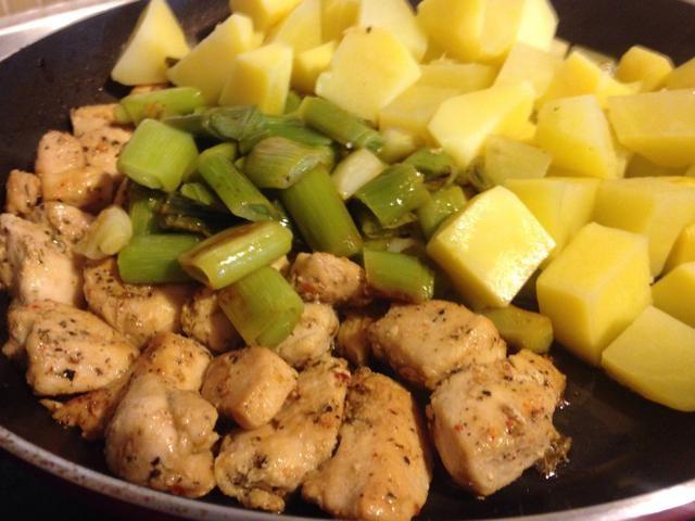 Añadir los puerros y patatas cocidas a la sartén. Añadir medio litro de salsa y 2 cubos de caldo de carne.