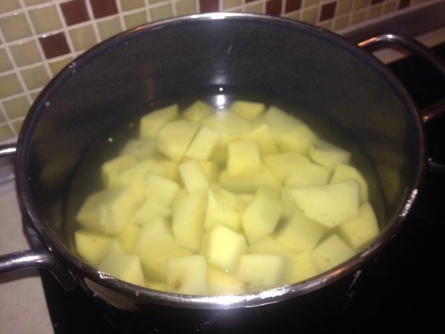 Cortar las patatas y ponerlas en una cazuela a hervir. Cocine hasta que estén suaves pero no más de suavizar. Usted don't want them to turn to mashed potato!
