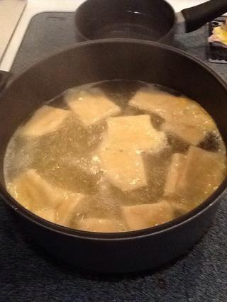 Calentar el caldo de pollo a boiling.Gently añadir bolas de masa hervida al caldo. Ello's good to have extra flour on the dumplings as this will help thicken the sauce.