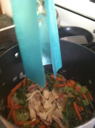 Añadir el pollo en la olla de sopa w / las verduras. Huele tan buenos en el aquí y ahora !! lata't wait!