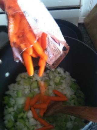Después de unos 5 minutos, agregar las zanahorias bebé en su totalidad.