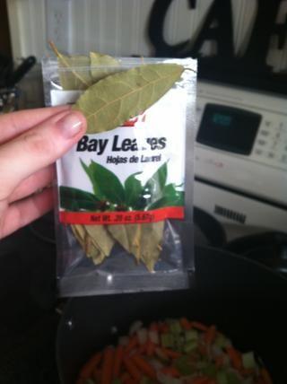 Tome dos hojas de laurel y los echan en la olla. Asegúrese de eliminarlos antes de servir la sopa, ya que no son comestibles.