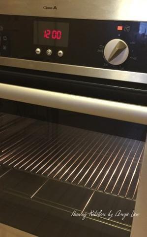 Cuando la masa está lista para ser laminado, precalentar el horno a 200 grados C (400 grados F)