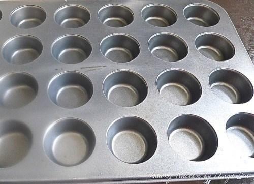 Tenga a mano un antiadherente 24 mini-molde para muffins.