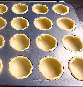 Coloque suavemente las rondas en los moldes para muffins.