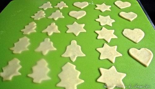 Utilizando retazos sobrantes de pastelería, volver a tirar y cortar en rodajas pequeñas o formas de fantasía usando un cortador de galletas más pequeñas como tapas para los pies.Cut 24 rondas o formas de fantasía.