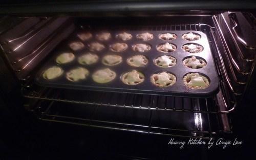 Coloque en el horno precalentado y hornear por 15 minutos o hasta que la masa se dore ligeramente.
