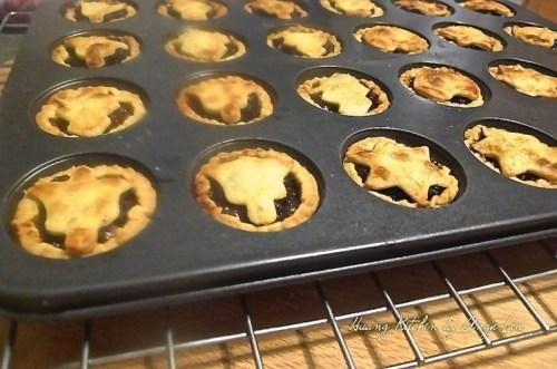 Retire el molde para muffins para refrescarse después de eso sobre una rejilla.