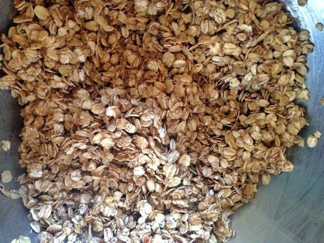 Vierta 3/4 de la mezcla de la mantequilla a la granola y mezclar bien. ¿Quieres toda la granola a recubrir con la mezcla de mantequilla.