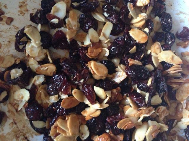 Mezclar los granola, almendras y cerezas secas juntos para una distribución uniforme. Puse todo de nuevo en el tazón grande (después de limpiar hacia abajo).