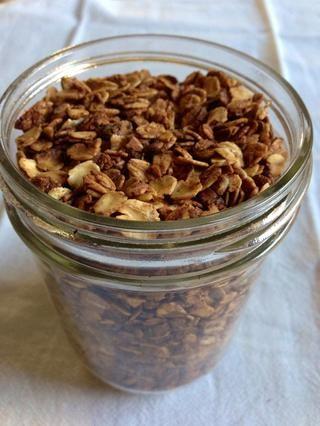 Guarde la granola en un recipiente hermético. Debe durar un par de semanas antes de convertirse en obsoletos.