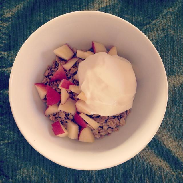Mi forma favorita absoluta de comer granola es con yogur griego y fruta de temporada.