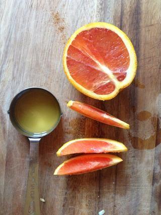 Exprima 1/2 taza DO. Cuele las semillas y la pulpa. Dejar de lado. Yo uso una naranja Cara Cara, ya que's sweeter. Avoid sour tasting oranges. Freshly squeezed is important for flavor and nutrition!
