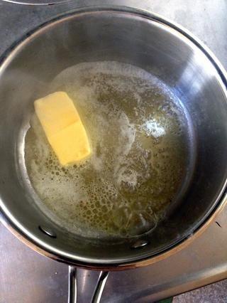 Derretir 1/3 taza de mantequilla sin sal en una cacerola de fondo grueso a fuego medio-bajo. Apague el fuego una vez que la mantequilla se derrita por completo.