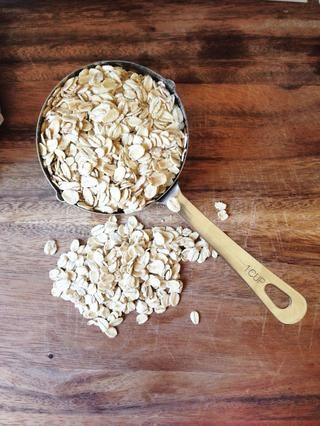 Mientras que la mantequilla se derrite, mida 4 tazas de avena y añadirlos a un tazón grande para mezclar.