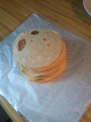 Utilice el papel de aluminio y el papel de cera para mantener las tortillas calientes. Amontonarlos como tal. ¡Todo listo! ✔ ???????????? comer con su comida ??????
