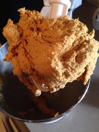 Su masa debe ser rígido y no demasiado pegajosa. Si su masa se pega a los dedos, añadir un poco más de harina hasta conseguir la consistencia adecuada.