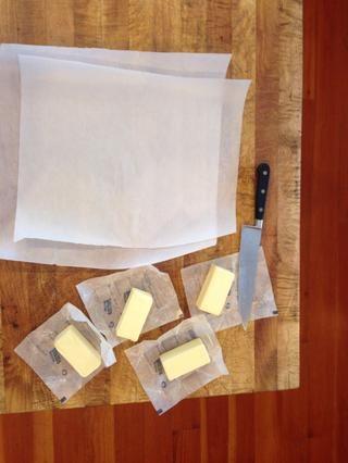 Coge a cabo el papel de pergamino, y la mantequilla refrigerada.