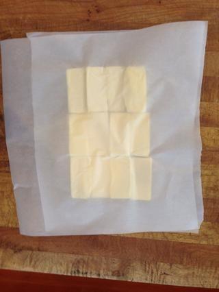 Coloca el segundo trozo de pergamino en la parte superior y apoderarse de su rodillo.