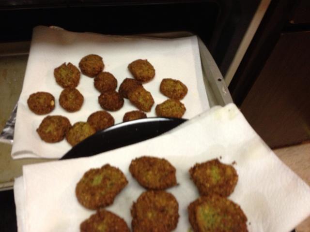 Mantener el calor en el horno hasta que todos los falafel se fríen.
