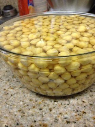 Utilice un recipiente grande -dried garbanzos doble de tamaño. FYI: El garbanzo es el grano más popular en el mundo.