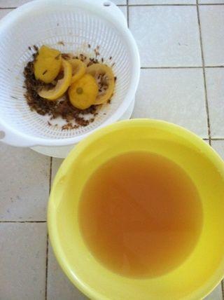Uno enfriado, colar la infusión. Descartar el limón y lavanda.