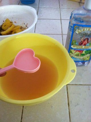 Agregue el agua de hamamelis. Poner en una botella de spray.