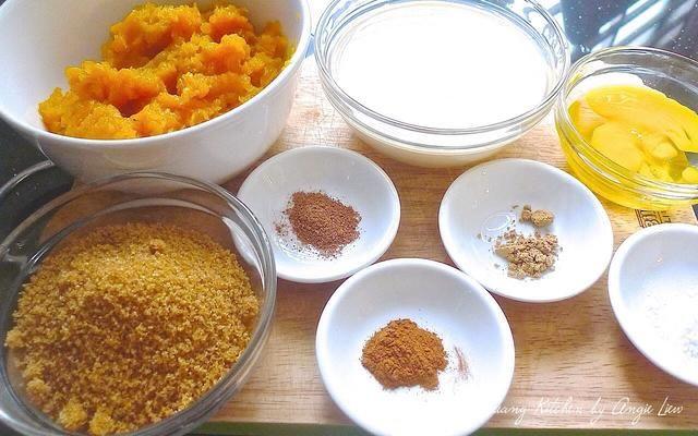 A continuación, preparar los ingredientes para hacer el relleno de la empanada.