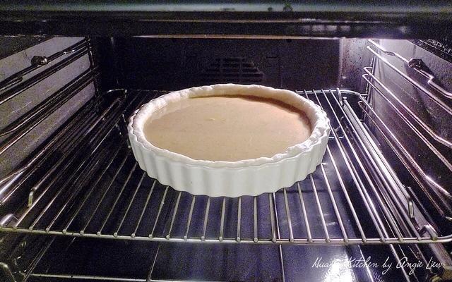 Cocer en el pastel de 400 grados F (200 grados C) horno precalentado durante 10 minutos. Luego baje el fuego a 350 grados F (180 grados C). Continuar a hornear por otros 30 minutos o hasta que acaba de establecer en el centro.