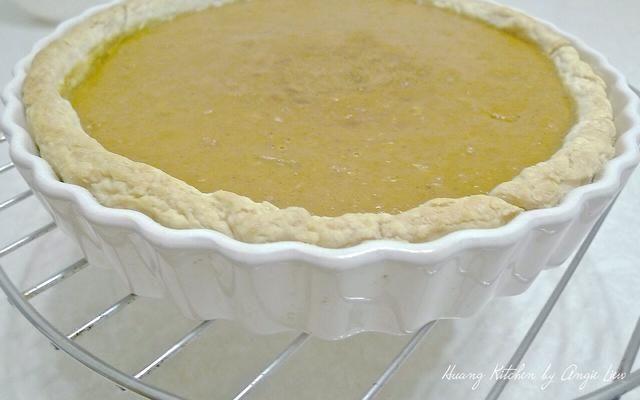 Enfriar el pastel de calabaza completamente sobre una rejilla, unas 2 horas antes de servir.