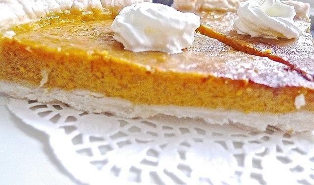 Estos delicioso postre tradicional pastel de calabaza sin duda hará que el final perfecto para una fiesta de Acción de Gracias. ¡Así que disfrutad!