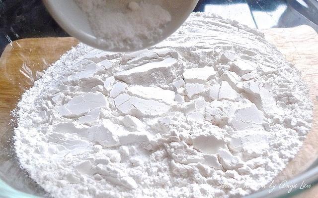 Para la harina en un bol grande, añadir la sal.