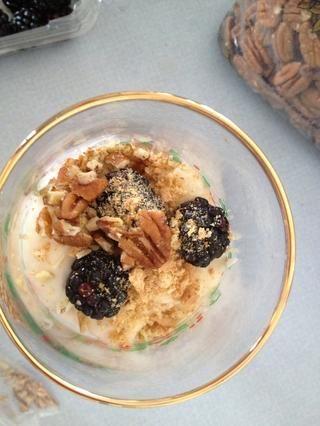Bayas, galleta y pacanas. A continuación, añadir otra capa de los 4 ingredientes.