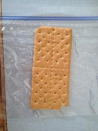 Ponga su galleta oblea de Graham en una bolsa de plástico. Sellarlo.