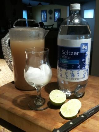 Enfríe la mezcla. Servir sobre hielo si se desea o como una bebida caliente. Carbonato o añadir un poco de agua de Seltz o agua mineral con gas para un dulce, refrescante bebida.
