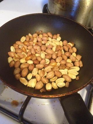 Frita la tuerca de unos minutos, ayuda a eliminar la cascara de la semilla y hacer que la tuerca más crujiente.