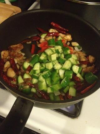 Agregue el pollo y luego pepino y un poco de pimienta.