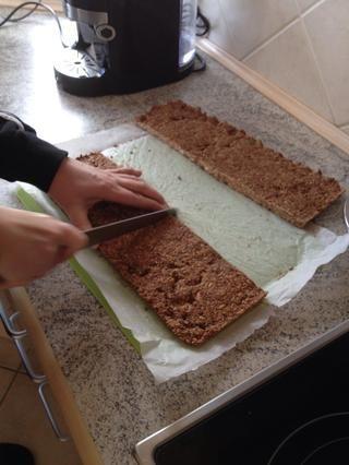 Cortar las barras de granola. Hice 16, pero usted puede hacer que cualquier tamaño, que desea