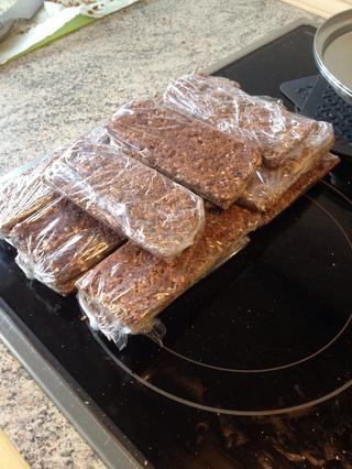 Envuelva en forma individual - y luego usted tiene sus propias barras de granola caseras!