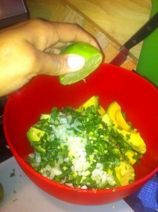 Agregar la cebolla picada y el jugo de limón fresco al gusto.