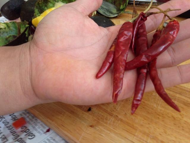 Saque los tallos y sacar las semillas de los chiles.