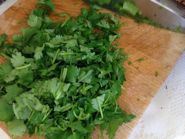 Alrededor de cortar el cilantro.