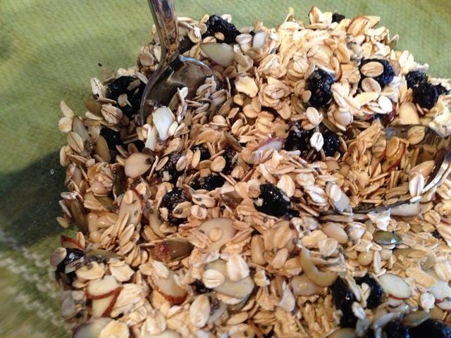 Añadir 2 cucharadas de miel de la zona o el jarabe de arce real y el aceite de coco 2 cucharadas. Mix (será pegajosa).