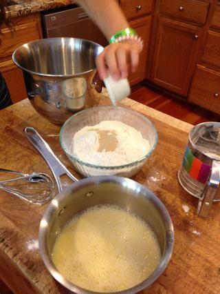 Mezcle la harina y la levadura.