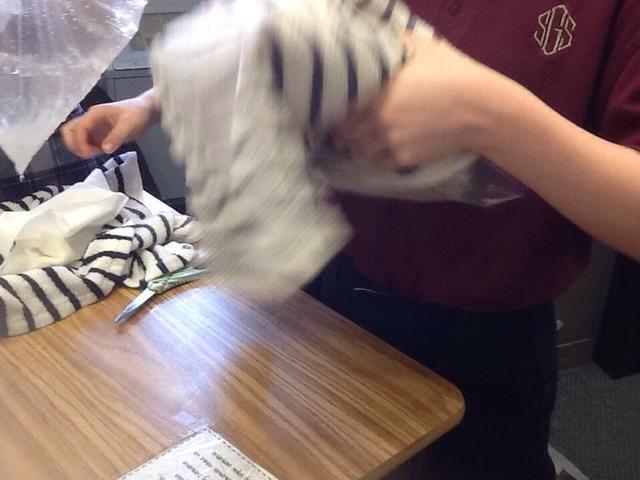 Coloque una toalla alrededor de la bolsa de hielo y agitar.
