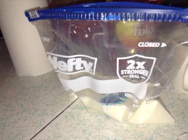 Ponga tinte de color (opcional) en la bolsa. De lo contrario, simplemente verter la leche en allí solo.