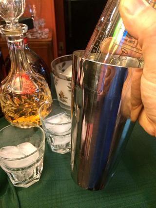 Cubrir con un vidrio de bar y nos're ready to shake.