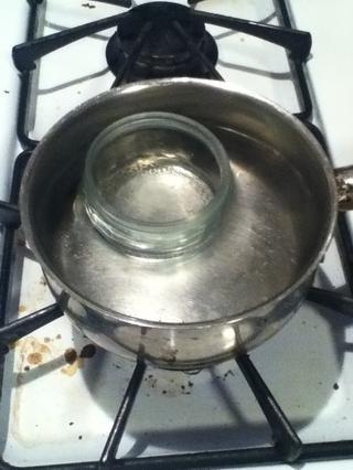 Baja el fuego y colocar su frasco en el agua.